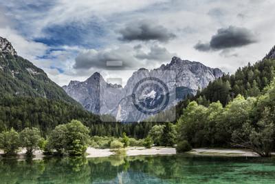 Lago Jasna cerca de Kranjska Gora, Eslovenia.