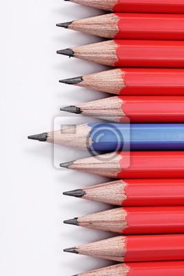 Lápices de colores de madera aisladas sobre fondo blanco. Concepto de la dirección.