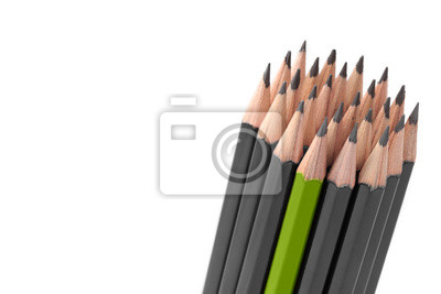 Lápices de colores grises y un crayón verde sobre fondo blanco.