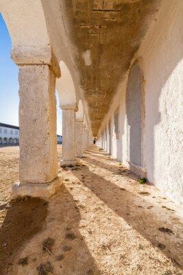 Póster Las arcadas de los peregrinos alojados en el Santuario Barroco de Nossa Senhora do Cabo, también conocido como Nossa Senhora da Pedra Mua en el Cabo Espichel. Sesimbra, Portugal