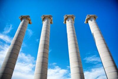 Póster Las cuatro columnas bajo un cielo azul en Cataluña