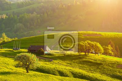 Las montañas del pueblo de los Cárpatos en una luz cálida puesta del sol