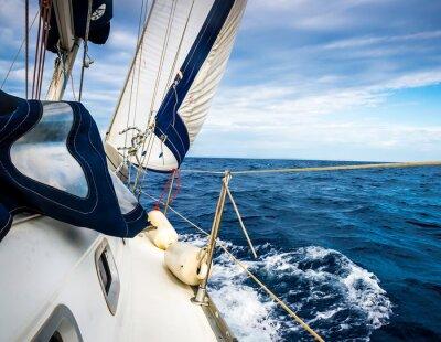 Póster Las velas blancas de yates en el fondo del mar y el cielo en las nubes