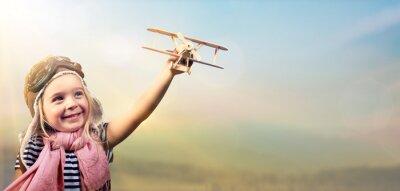 Póster Libertad para soñar - niño alegre jugando con el avión contra el cielo