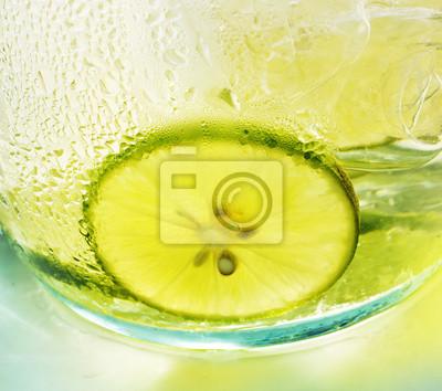 Limón verde con té helado - los colores brillantes