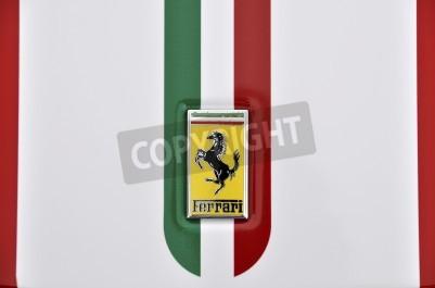 Póster LONDRES - 04 de septiembre 2011: logotipo de Ferrari, bandera italiana pintada en la carrocería de un Ferrari 360 Challenge Stradale