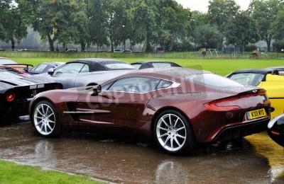 Póster LONDRES - 04 de septiembre: Un Aston Martin One-77 en AutoLegends Chelsea, el día 04 Septiembre de 2011 en Londres. El Aston Martin One-77 se producirá en sólo 77 unidades.