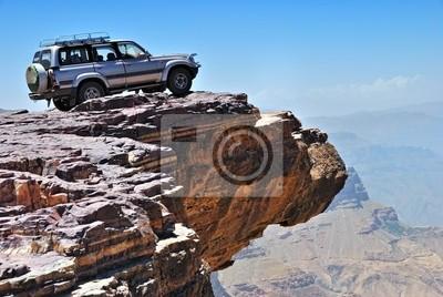 Lone coche está de pie sobre la roca sobre el disidente