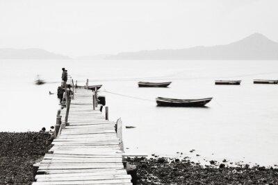 Póster Lonely muelle a lo largo de la costa, la imagen de baja saturación.