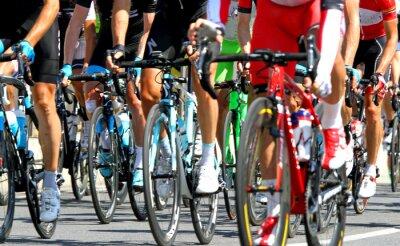 Póster los ciclistas durante una carrera de carretera ciclo en Europa