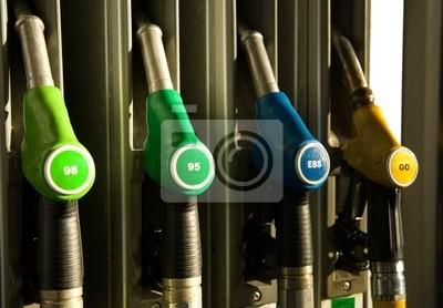 Los diferentes tipos de dispensadores de combustible en la estación de llenado