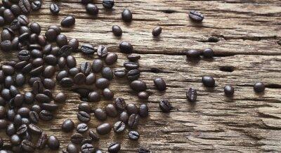 Los granos de café sobre fondo de madera vieja