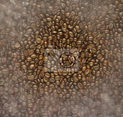 Los granos de café tostado y humo para el fondo, brillante ceja de color
