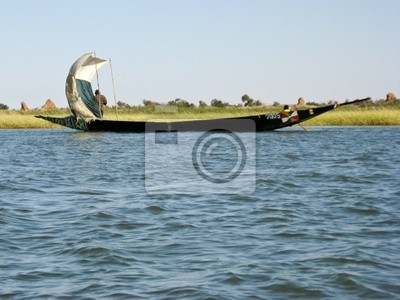 Los pescadores de una piragua en el río Níger.