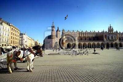Los taxis en el mercado en Cracovia con vistas a la iglesia de Santa María