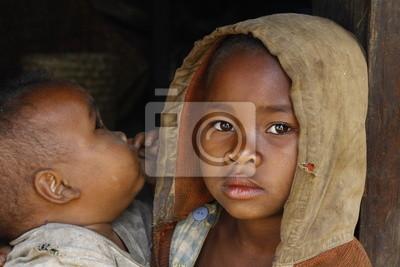 Madagascar-tímido y pobre niña africana con niño