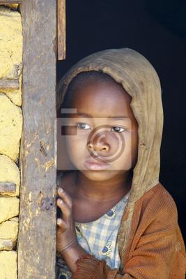 Madagascar-tímido y pobre niña africana con pañoleta