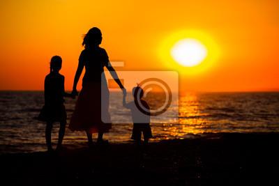 Madre y sus siluetas de niños