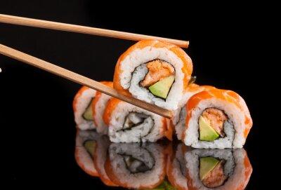 Póster Maki sushi servido sobre fondo negro