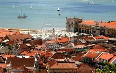 Manera Ave del centro de Lisboa con tejados rojos y el terraplén del río