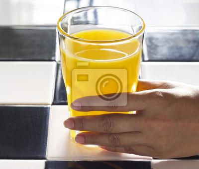 mano con el zumo de naranja por el sol, Ambiente realista