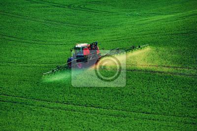 Maquinaria agrícola rociando insecticida