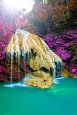 Póster maravillosa cascada con el árbol colorido en Tailandia