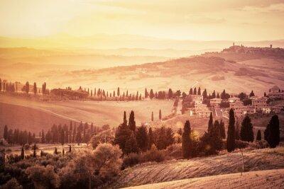 Póster Maravilloso paisaje de la Toscana con cipreses, granjas y pequeñas ciudades medievales, Italia. Puesta del sol vintage