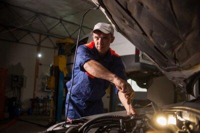 Mecánico de automóviles que trabajan en el servicio de reparación de automóviles. Reparación de automóviles