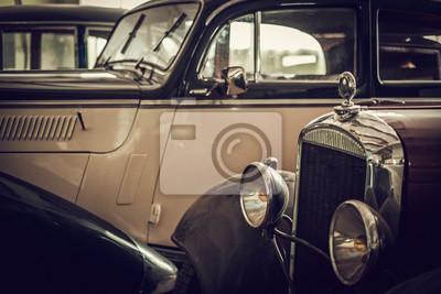 Mecánico en taller clásico de restauración de coches