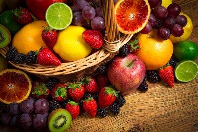 Póster Mezcla de frutas frescas en el bascket mimbre