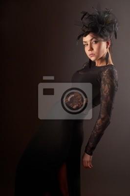 Modelo de la belleza delgada en traje de noche