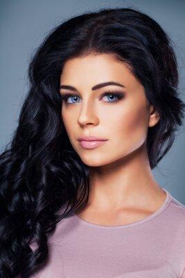 Póster Modelo de moda lindo con la piel y el pelo sanos