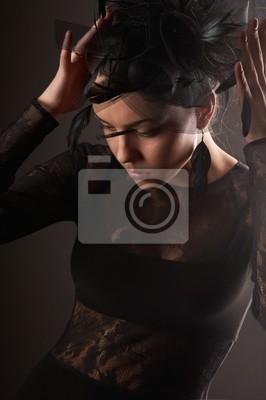 Modelo femenino de la belleza fijó el recto headwear