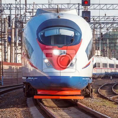 Moderno tren de alta velocidad sale de Moscú.