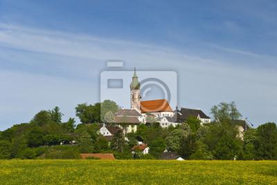 Monasterio Andechs en el prado de primavera