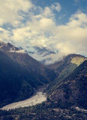 Póster Montañas elevándose por encima del valle.