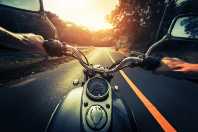 Póster Motocicleta en la carretera asfaltada vacía