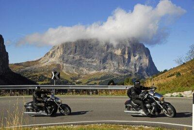 Póster Motocicleta en la carretera del puerto de Passo Gardena