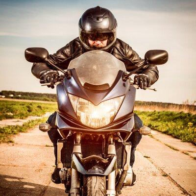 Póster Motociclista de carreras en la carretera