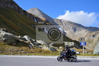 Motociclista en la carretera alpina Grossglockner