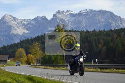 Motociclistas en carretera alpina frente a Karwendel
