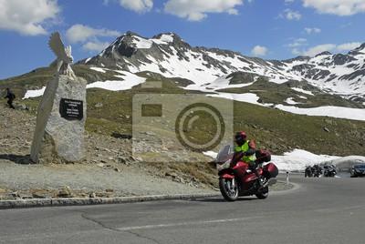 Motoristas en Timmelsjoch, monumento Pass, Tirol