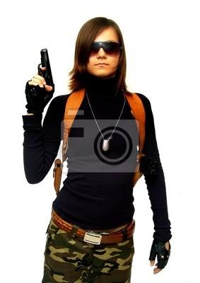 Muchacha en camuflaje con el arma. Aislado en blanco.