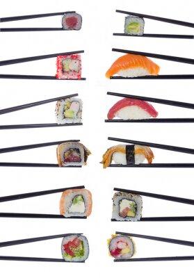 Póster Muchos rollos de sushi en palillos aislados en fondo blanco