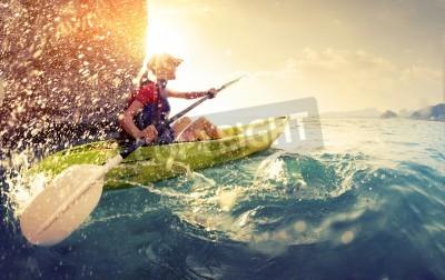 Póster Mujer con el kayak