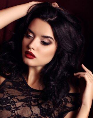 Póster Mujer con el pelo oscuro y el maquillaje de la tarde, viste lujoso vestido de encaje negro