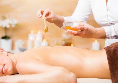 Póster Mujer disfrutando de tratamiento de spa con miel