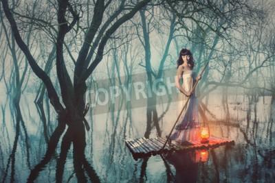 Póster Mujer en una balsa con una linterna que flota en una charca en un bosque brumoso. Mujer de cuento de hadas en un vestido largo.