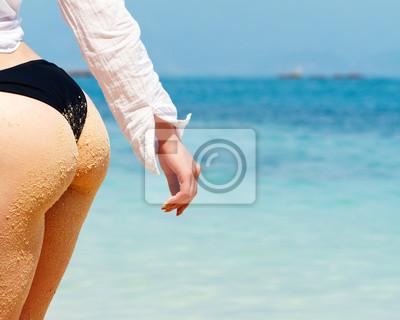 3dbb3880fc2c Póster: Mujer en una playa en bikini con una espalda de arena